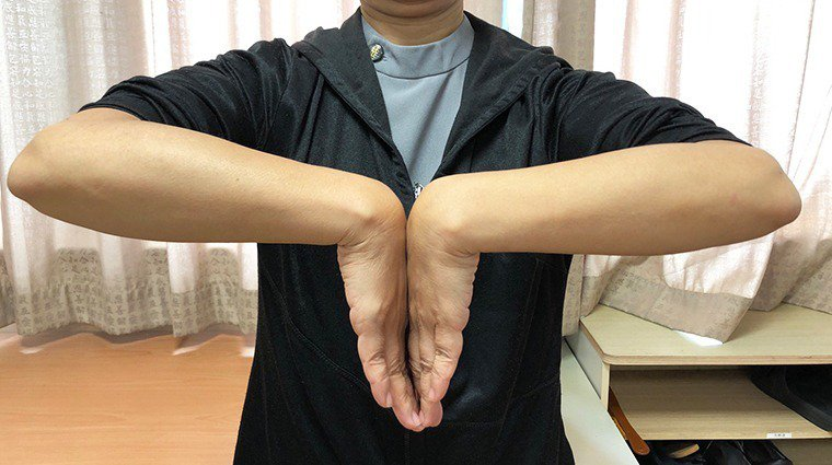 自行檢測腕隧道症候群可運用法倫氏檢查(Phalen test)理學方法,雙手手指...