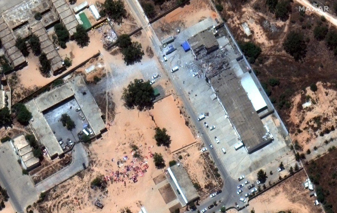 圖為被空襲的塔朱拉拘留中心空拍圖。是利比亞中央過渡政府與歐盟合作的拘留營地;絕大...
