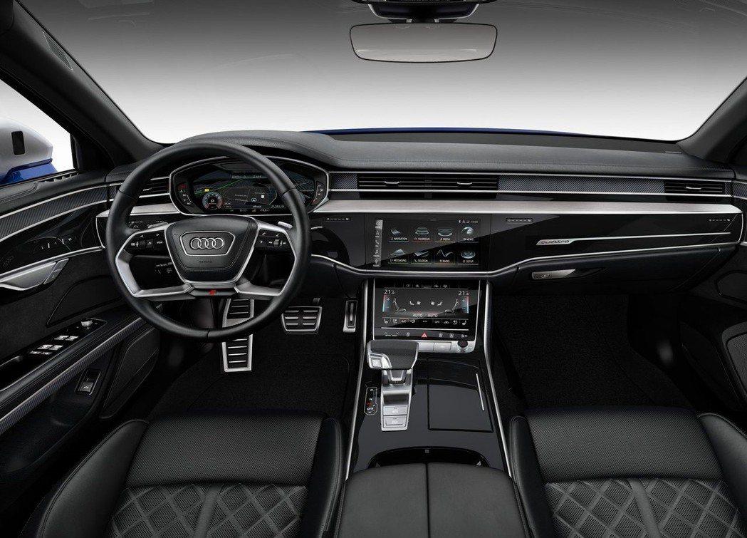 車室內裝採用黑色為基底,搭配鋼琴烤漆與碳纖維飾板。 摘自Audi