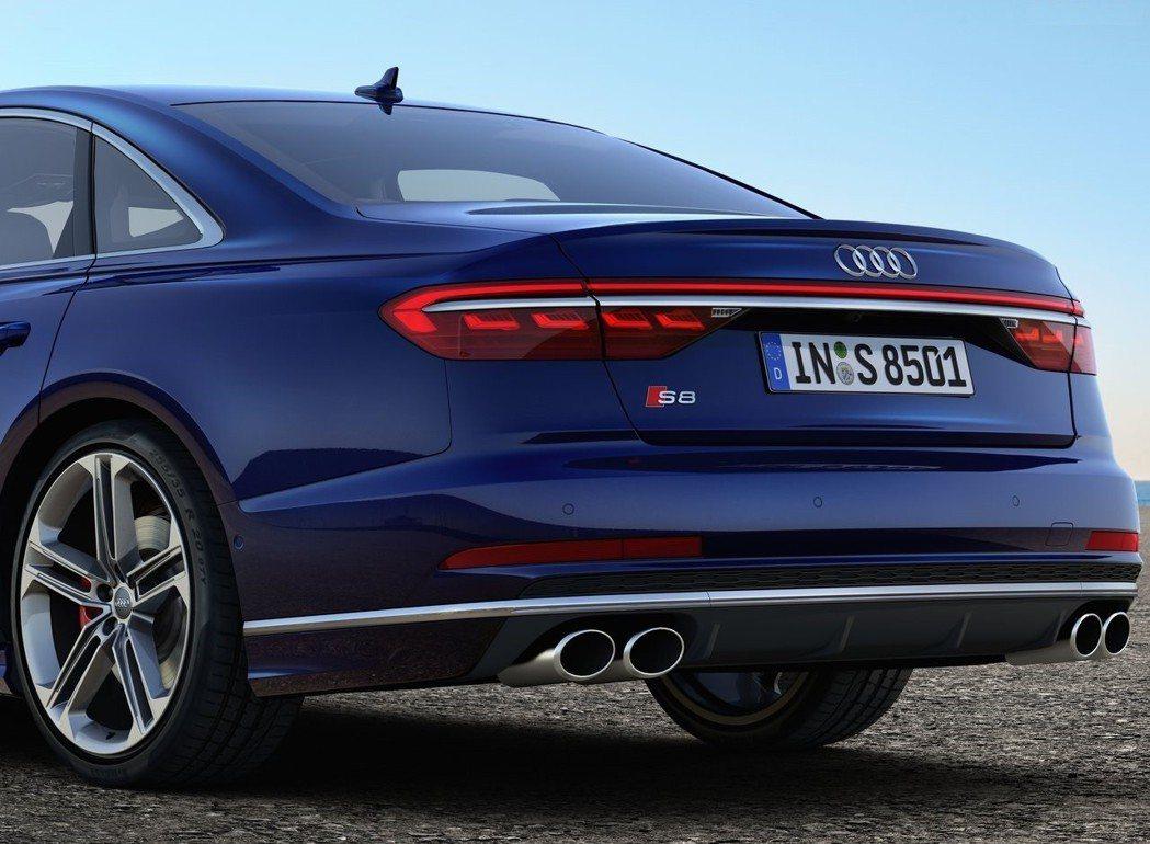 四出尾管搭配小型的車尾下擾流,跑格味濃厚。 摘自Audi