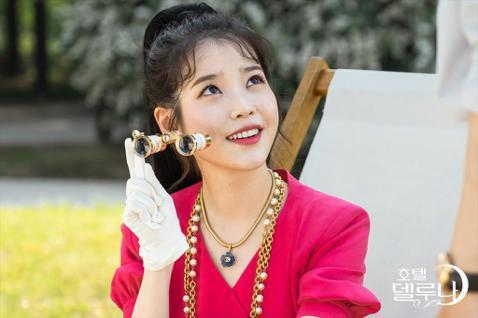 南韓女星IU跨足戲劇圈表現亮眼,戲約不斷的她不但接演了電視劇,還拍攝了Netflix的短篇電影《女孩,四繹》。她最新的戲劇作品《德魯納飯店》即將要播出,而劇照也在近日曝光,IU的各種復古造型實在太美...