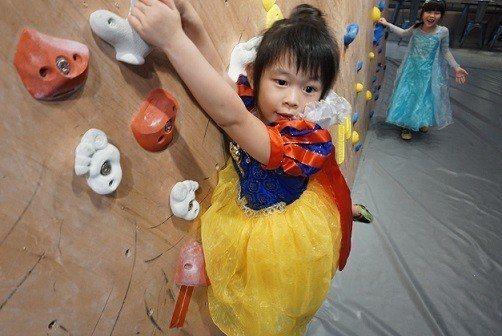小朋友扮演公主攀岩模樣逗趣又可愛。 Dapro攀岩場/提供