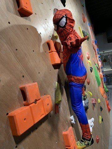 小朋友搶搭蜘蛛人熱潮 cosplay蜘蛛人裝扮攀岩。   Dapro攀岩場/提供
