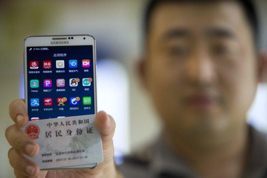 2016年通過《中華人民共和國網絡安全法》後,QQ、微信群、新浪微博等等,通通開始要求實名認證。 圖/中新社
