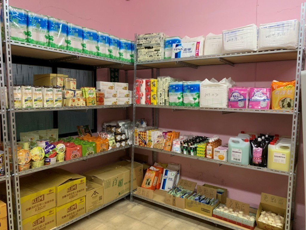 世界各地有許多公益組織推動食物銀行,幫助經濟弱勢的家庭。  圖/游明煌翻攝