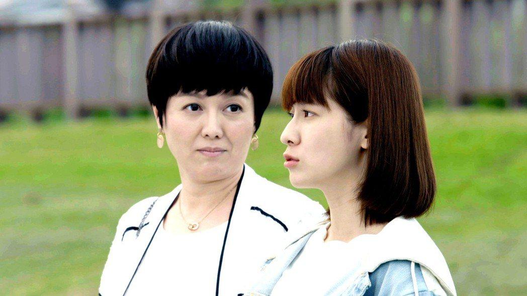苗可麗(左)在「一千個晚安」中是否就是連俞涵的媽媽受到戲迷討論。圖/三立提供