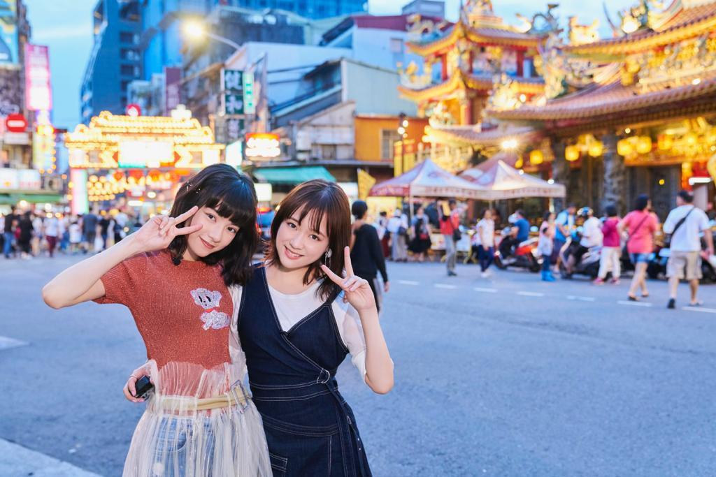 姚愛寗(左)帶大原櫻子逛台北夜市。圖/華研提供