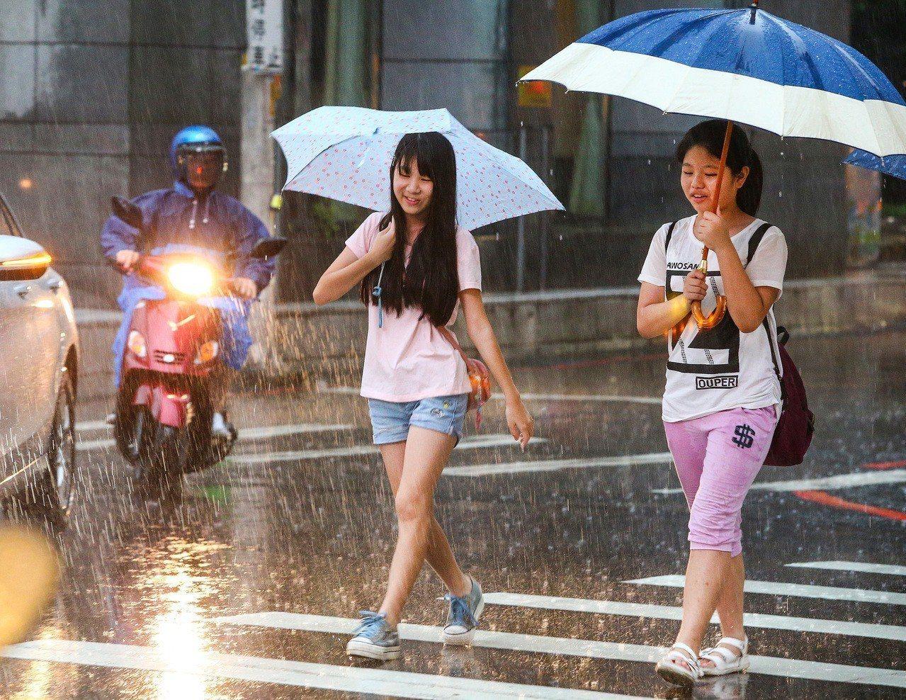 氣象局發出大雨特報及豪雨特報,苗栗到高雄地區的民眾下班要注意瞬間大雨。聯合報系資...