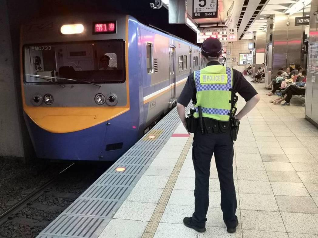 刺警案引發關注,鐵路警察今天配槍在台北車站月台巡邏。