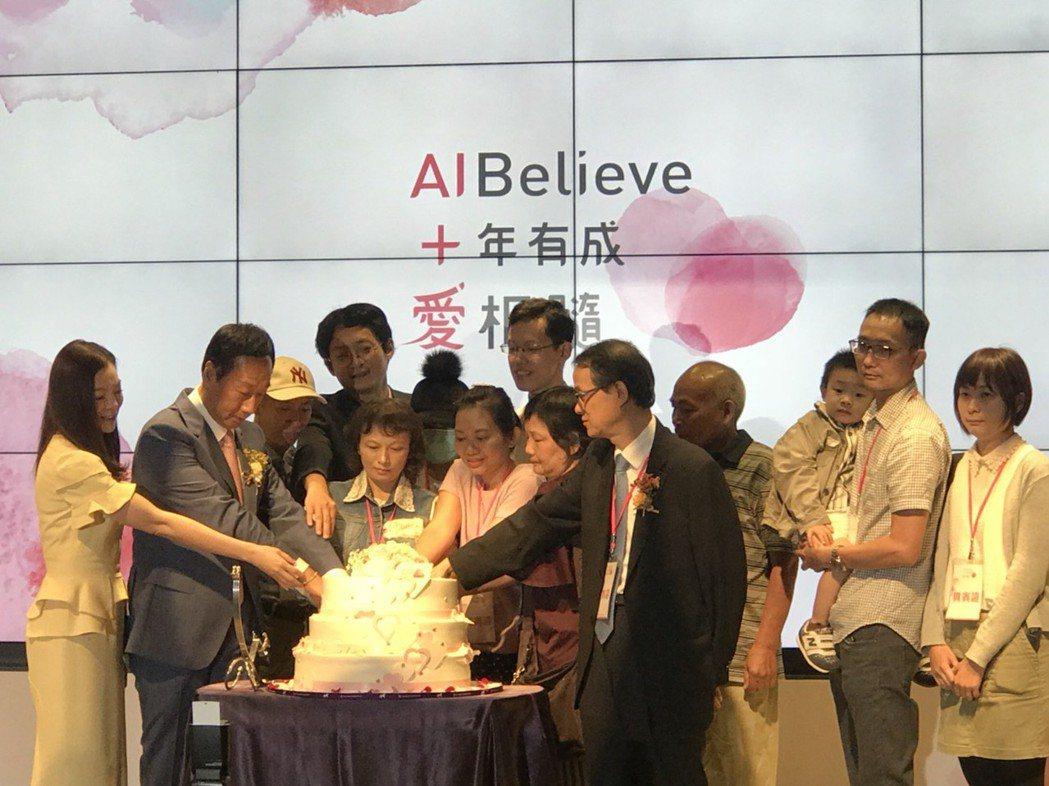 郭台銘(左二)偕妻曾馨瑩(左一)與五位受惠幹細胞治療的患者與家屬,一起切蛋糕,象...