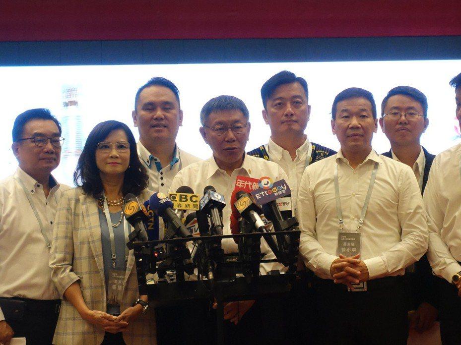 台北市長柯文哲會後受訪時強調,兩岸一家親的態度是,我會善待你的人民,但也希望你善待我們台灣人,台灣整體利益、兩岸人民最大福祉是我們思考的最大原則。記者邱瓊玉/攝影