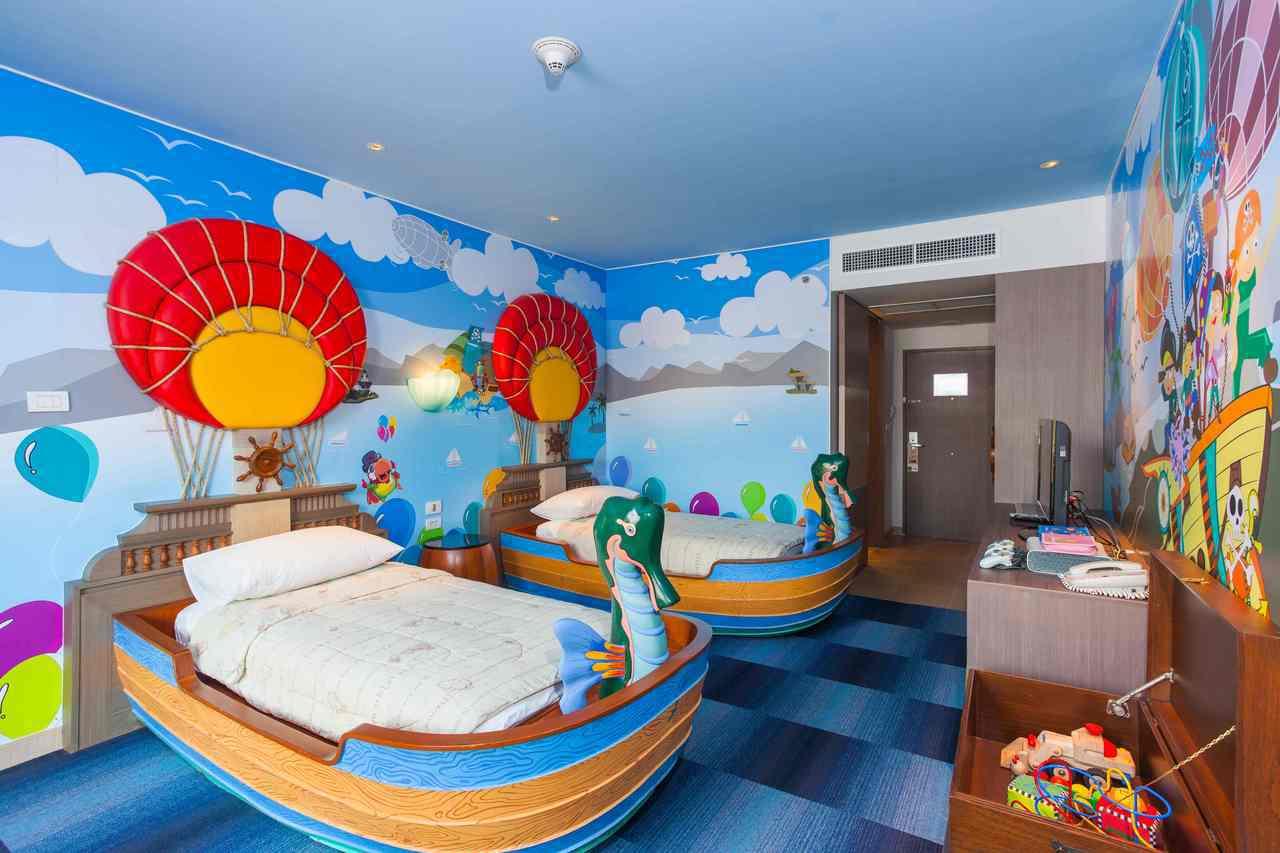 「普吉假日飯店」位於普吉島西岸的度假勝地「芭東」,提供許多玩具主題的家庭房和小孩...