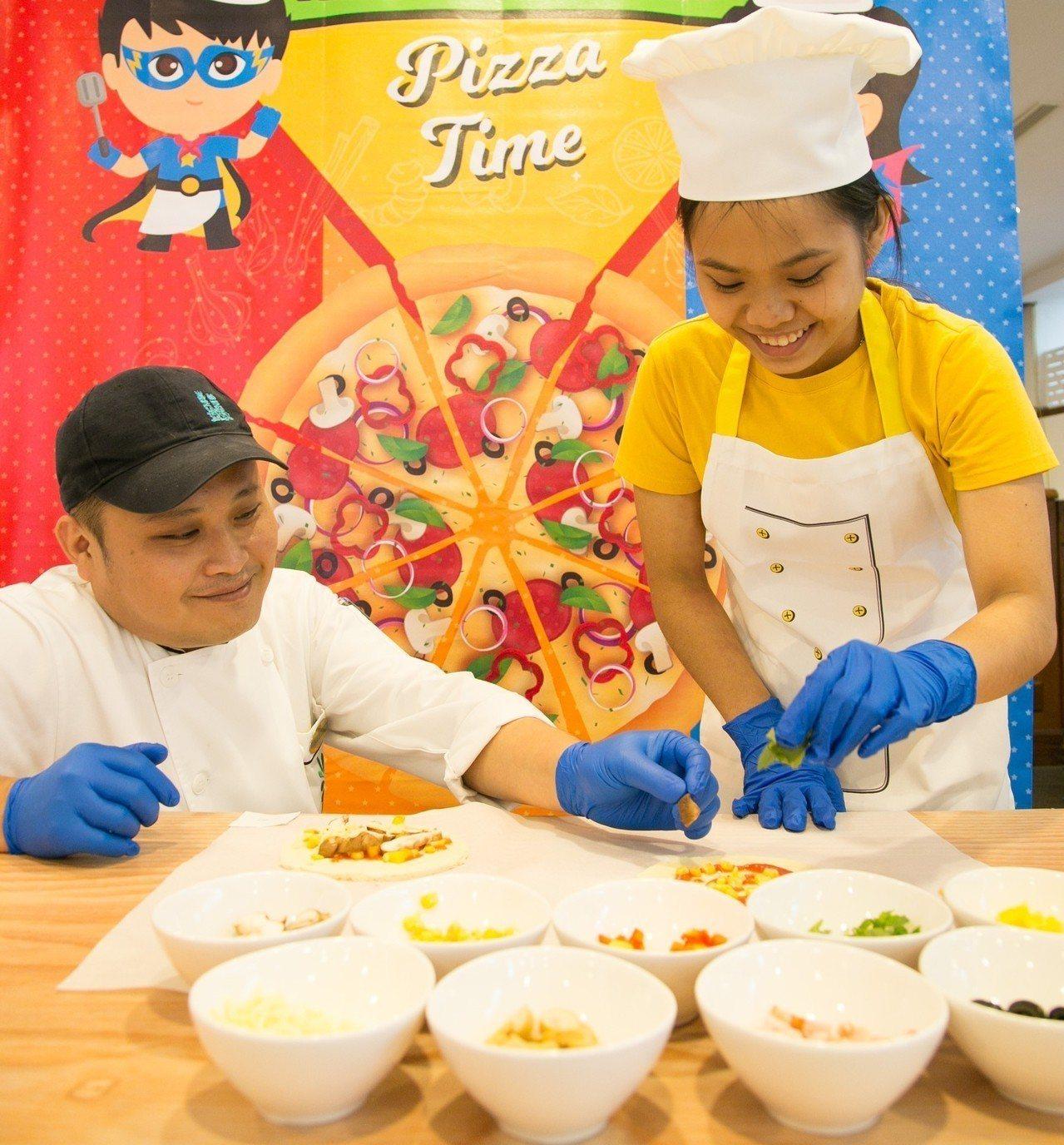 小朋友在「小小主廚」體驗中,能戴起廚師帽,跟著五星級主廚團隊學習料理技巧。圖/知...