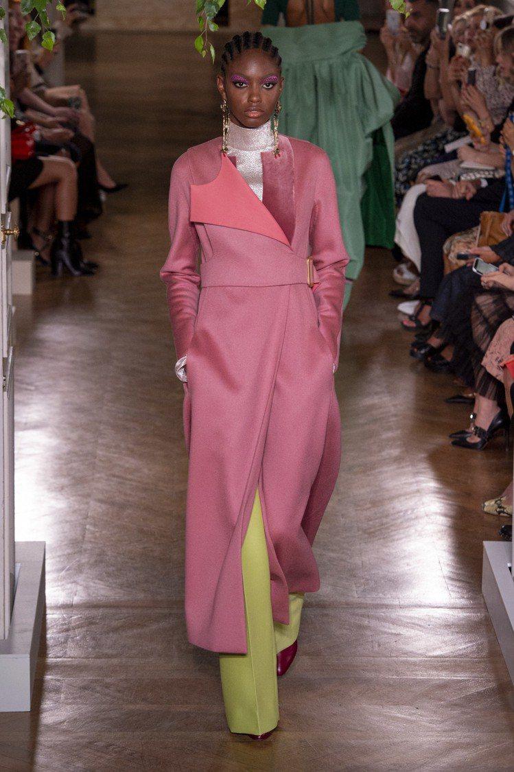 洗鍊的輪廓,呈現女性剛強的一面,也說了Valentino這季高級訂製服的精神。圖...