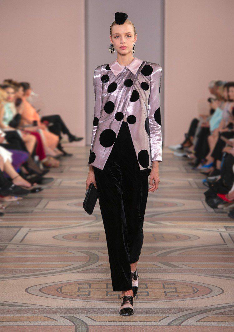 波卡式圓點(Polka Dots)貫穿整個系列,成為上衣的裝飾抑或是誇張的拼貼於...