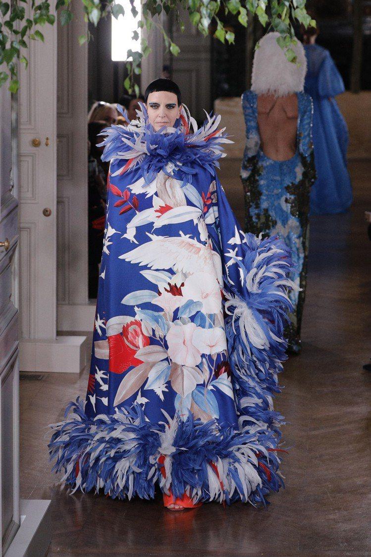 罩袍式的設計,在面料上繪製了帶有東方風情的印花,同時搭配相近色羽毛裝飾,凸顯了V...