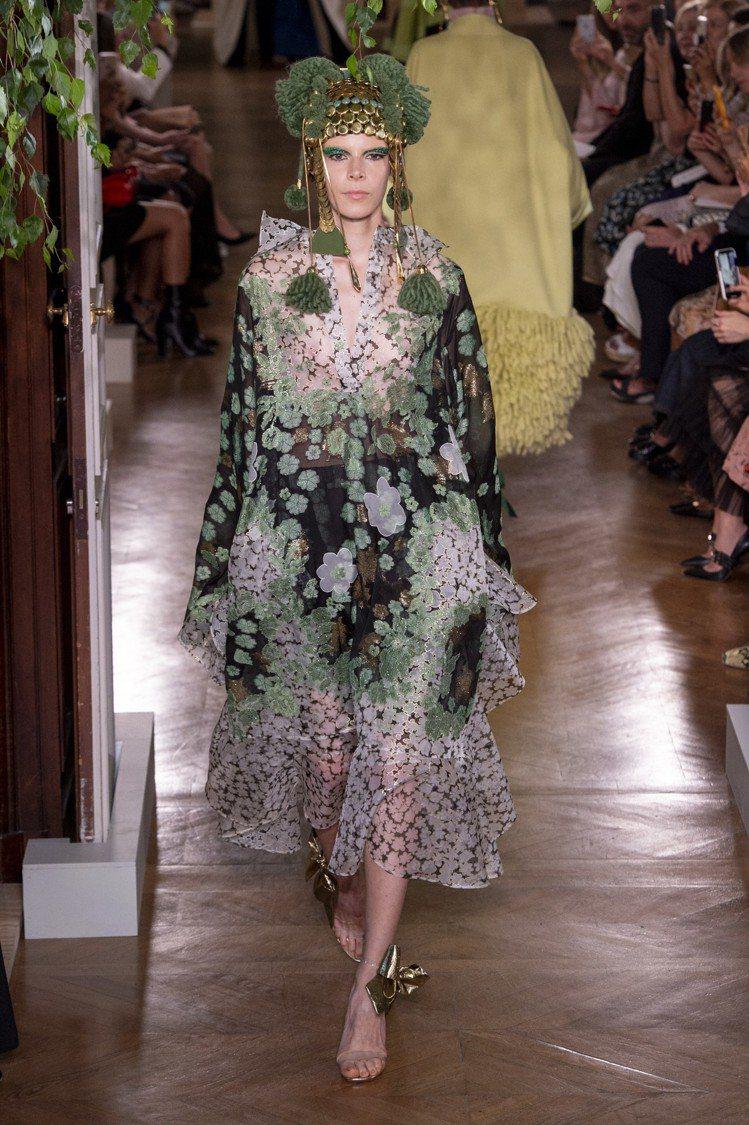 Valentino秋冬高級訂製服系列,一樣有的繁複、精緻和華麗的刺繡,運用於薄紗...