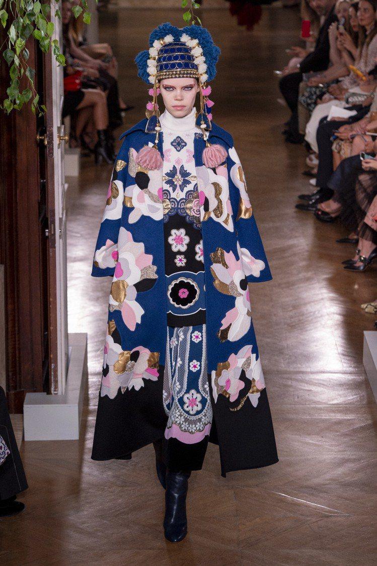 啟發自京劇或是西非原始部落而來的頭飾,成為貫穿整個Valentino秋冬高級訂製...
