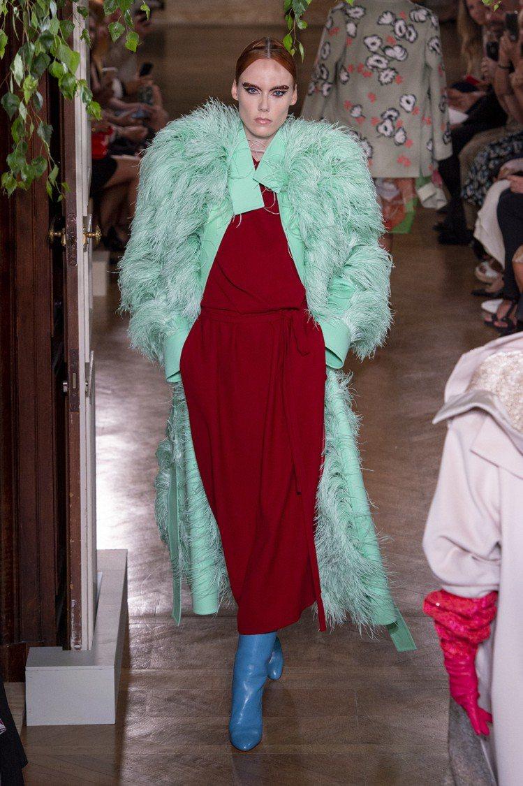 Valentino秋冬高級訂製服可見湖水綠的羽毛裝飾大衣搭配了磚紅裙裝、水藍色鞋...