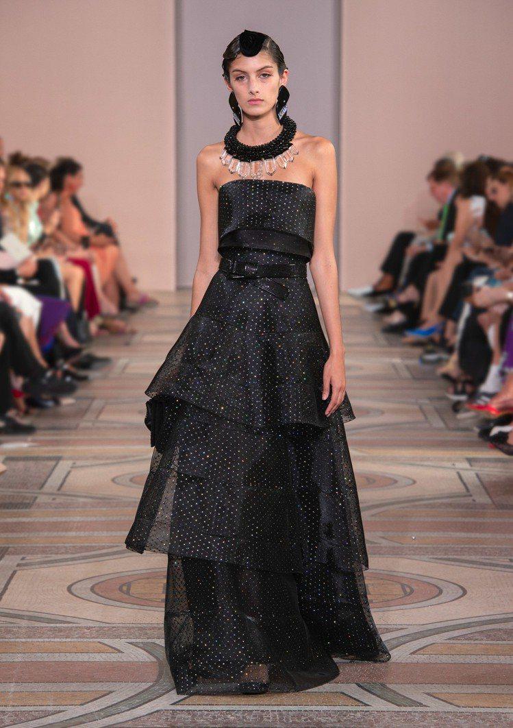 Giorgio Armani 2019秋冬高級訂製服,簡約的設計中,帶有現代感的...