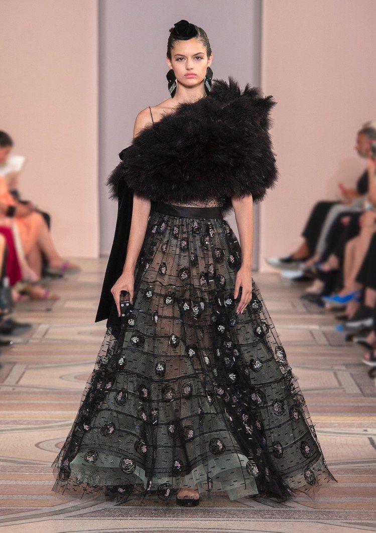 皮草和華麗刺繡點綴的紗裙,依舊是Giorgio Armani 2019秋冬高級訂...