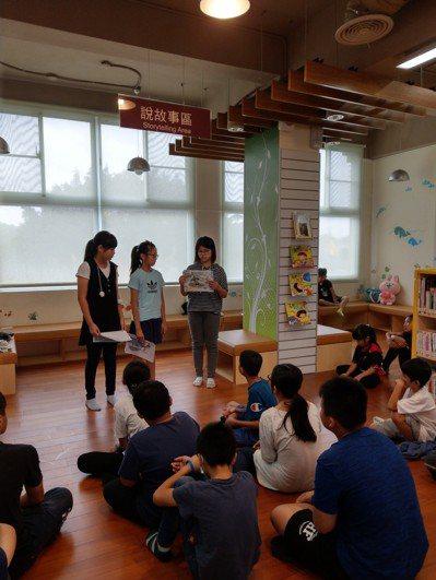 高市圖內門分館舉辦說故事競賽,參賽學生必須依抽取畫卡隨機應變,合力編撰動人故事。...