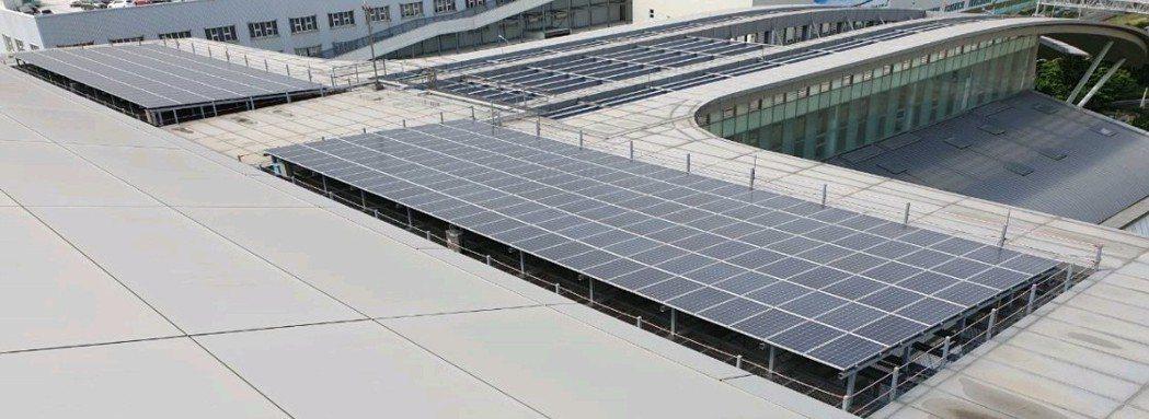 華航園區設置太陽光電設施,預計每年可發電12萬度,行動支持台灣綠能發展。 圖/華...