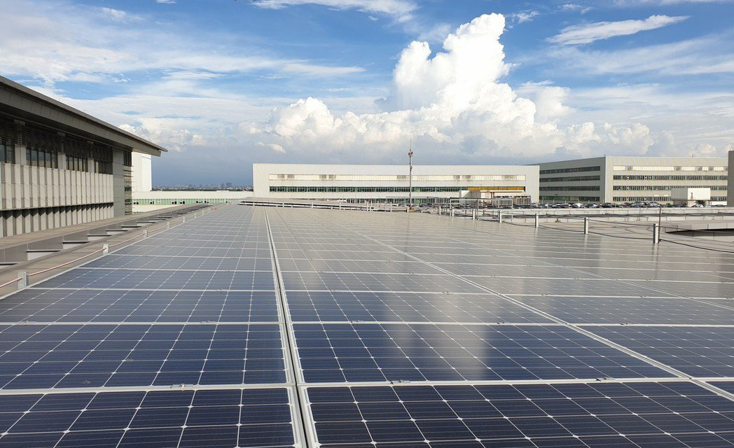 華航園區設置太陽光電設施,預計每年可發電12萬度,行動支持台灣綠能發展。圖/華航...