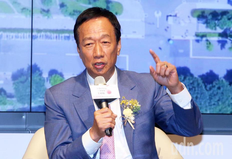 國民黨總統初選人郭台銘,「國家養孩到6歲」政見遭到質疑,他表示「台灣法令不合理,要修改過時法令」 。記者胡經周/攝影