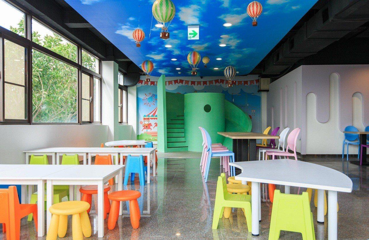 泰安服務區首創「國道親子用餐區」,讓全家大小開心用餐。圖/統一超商提供