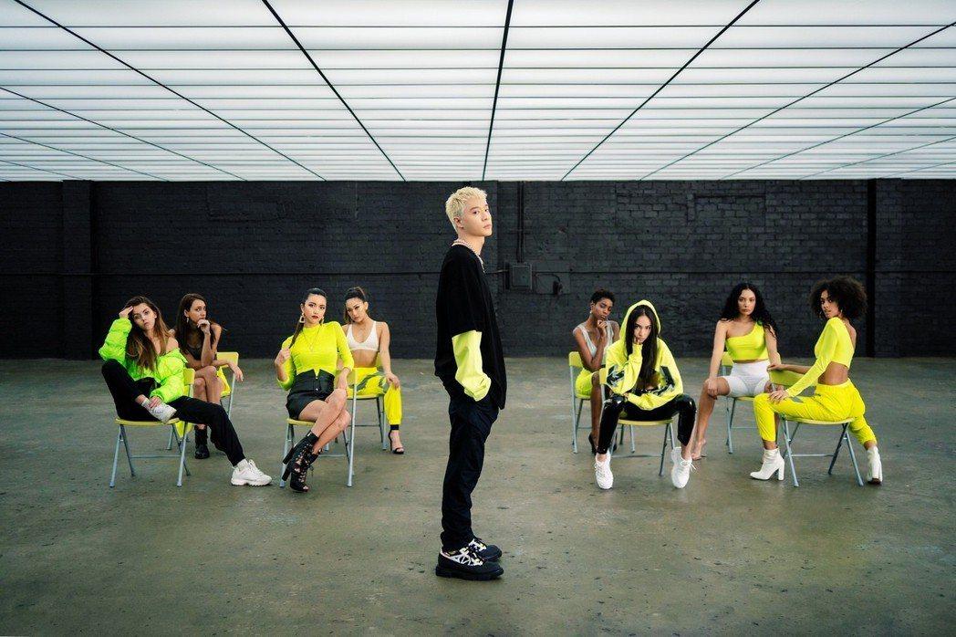 周湯豪「i GO」MV請來20名來自不同國家的女模,國際感十足。圖/索尼音樂提供