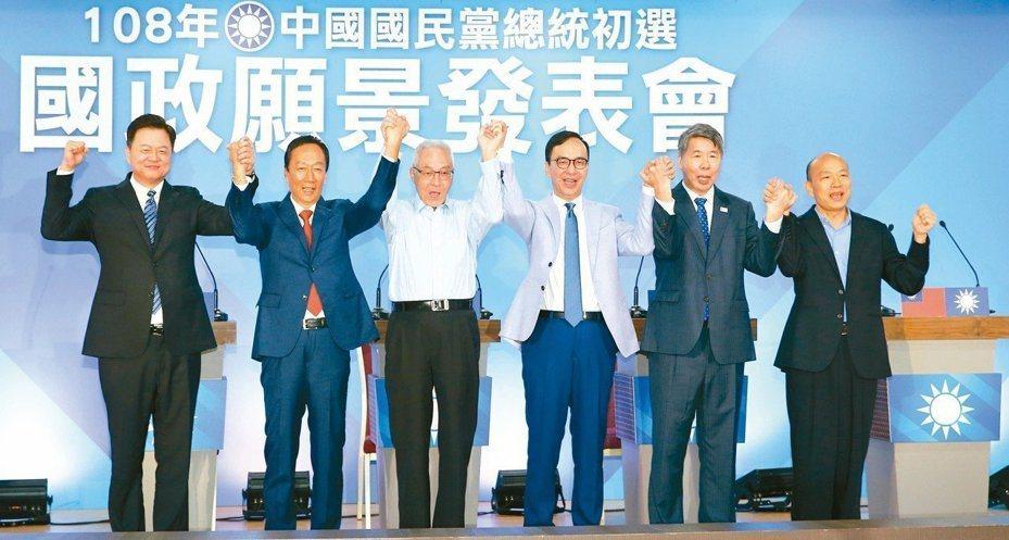 國民黨昨晚第三場政見發表會,周錫瑋(左起)、郭台銘、黨主席吳敦義、朱立倫、張亞中、韓國瑜攜手高呼國民黨加油。 記者陳柏亨/攝影