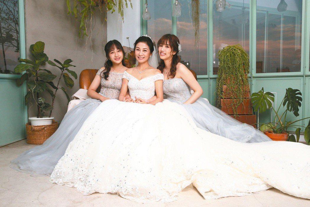 方文琳(中)首度與兩名女兒同台演出,粉絲超驚喜。記者蘇健忠/攝影