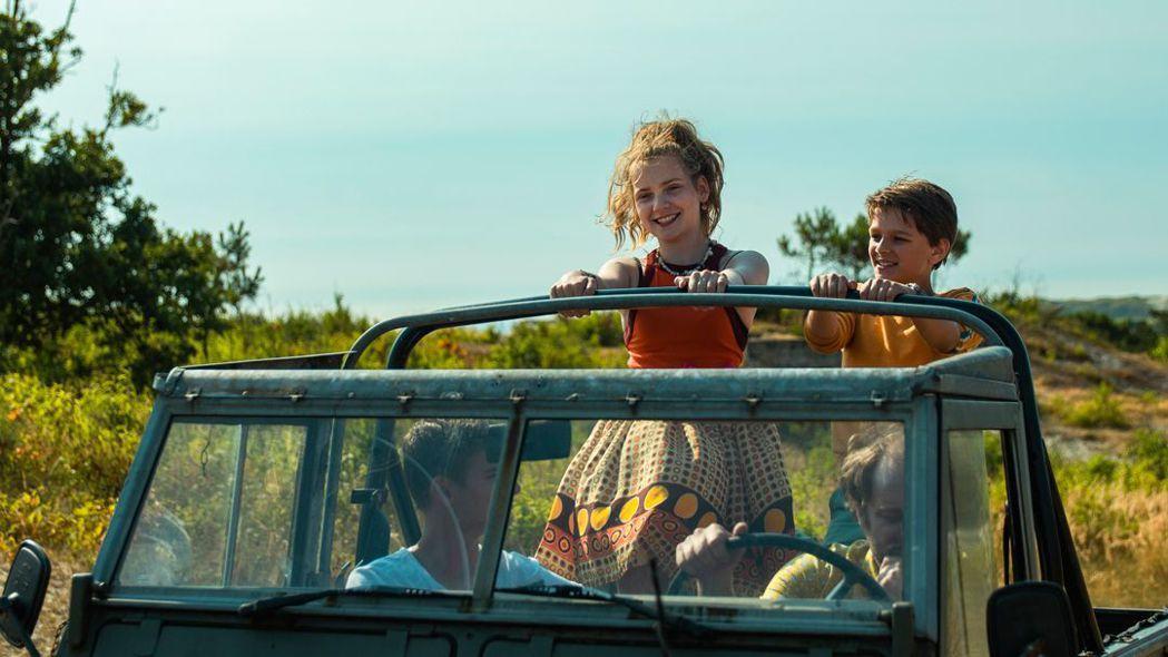 山姆一家出遊到荷蘭北方小島。 圖/捷傑電影提供。