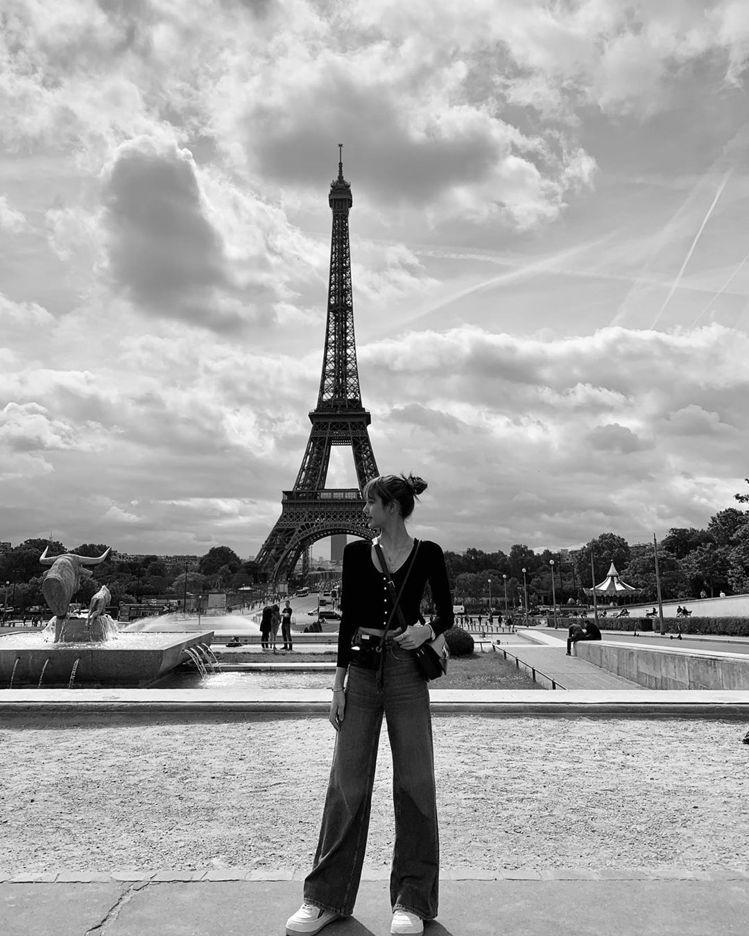 這張黑白照片展現了Lisa的超長腿。圖/取自IG