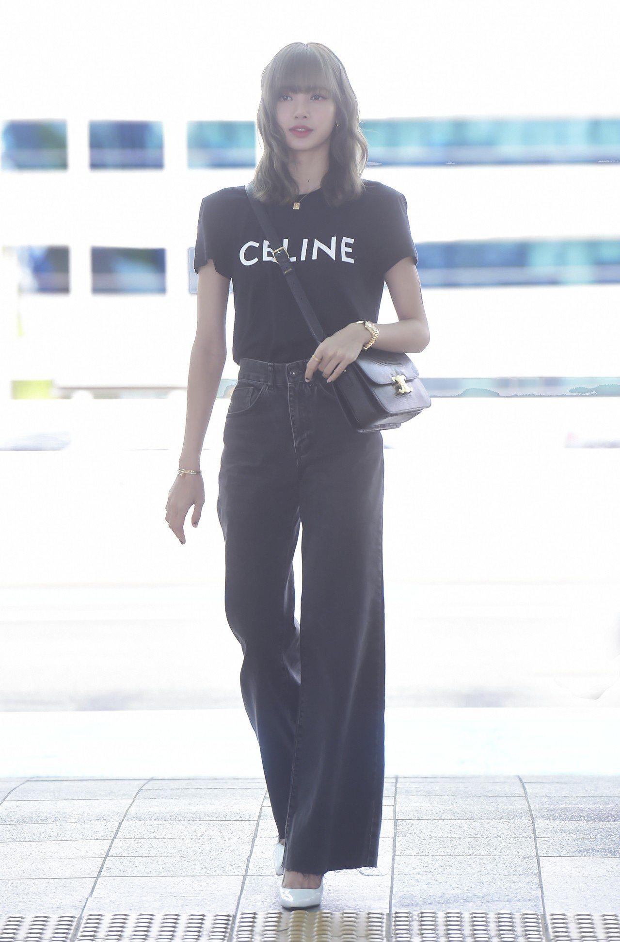 Lisa穿CELINE印花平織布圓領T恤,搭配黑色TRIOMPHE手袋。圖/CE...