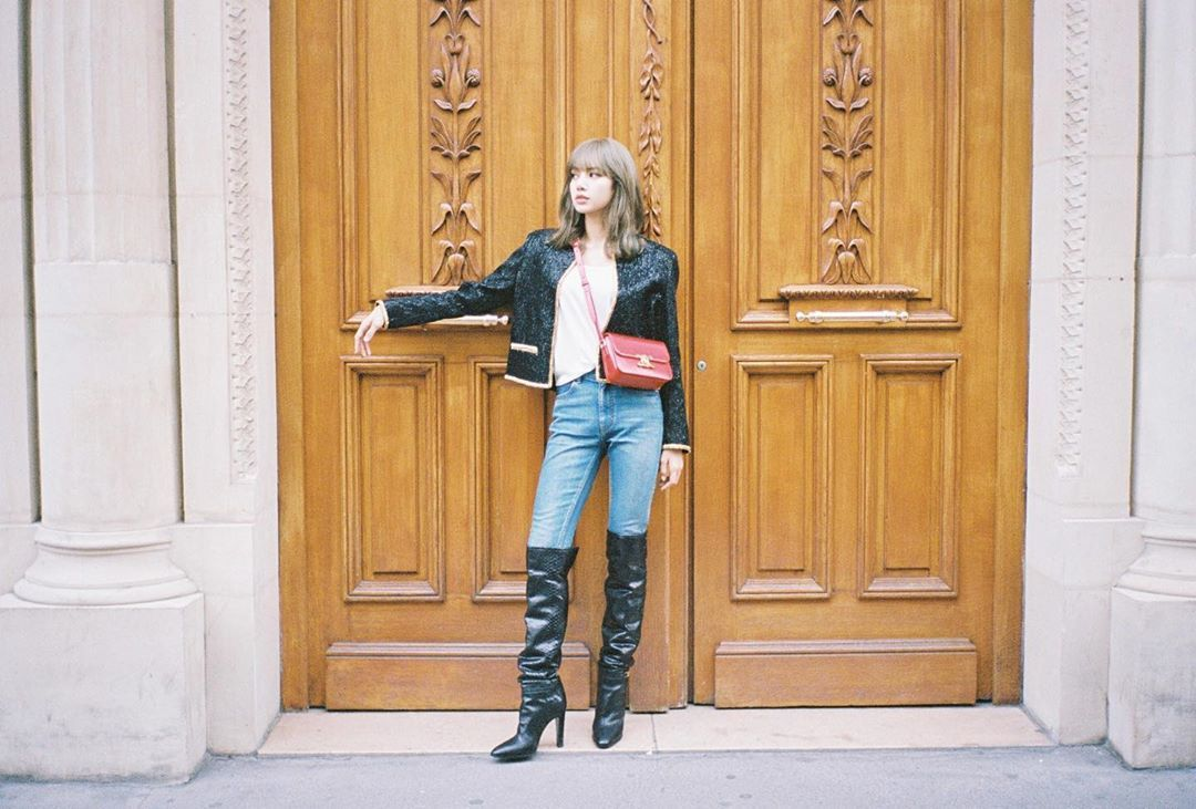 BLACKPINK的Lisa甜美、氣場兼具,詮釋TRIOMPHE手袋拍出長腿妹妹...