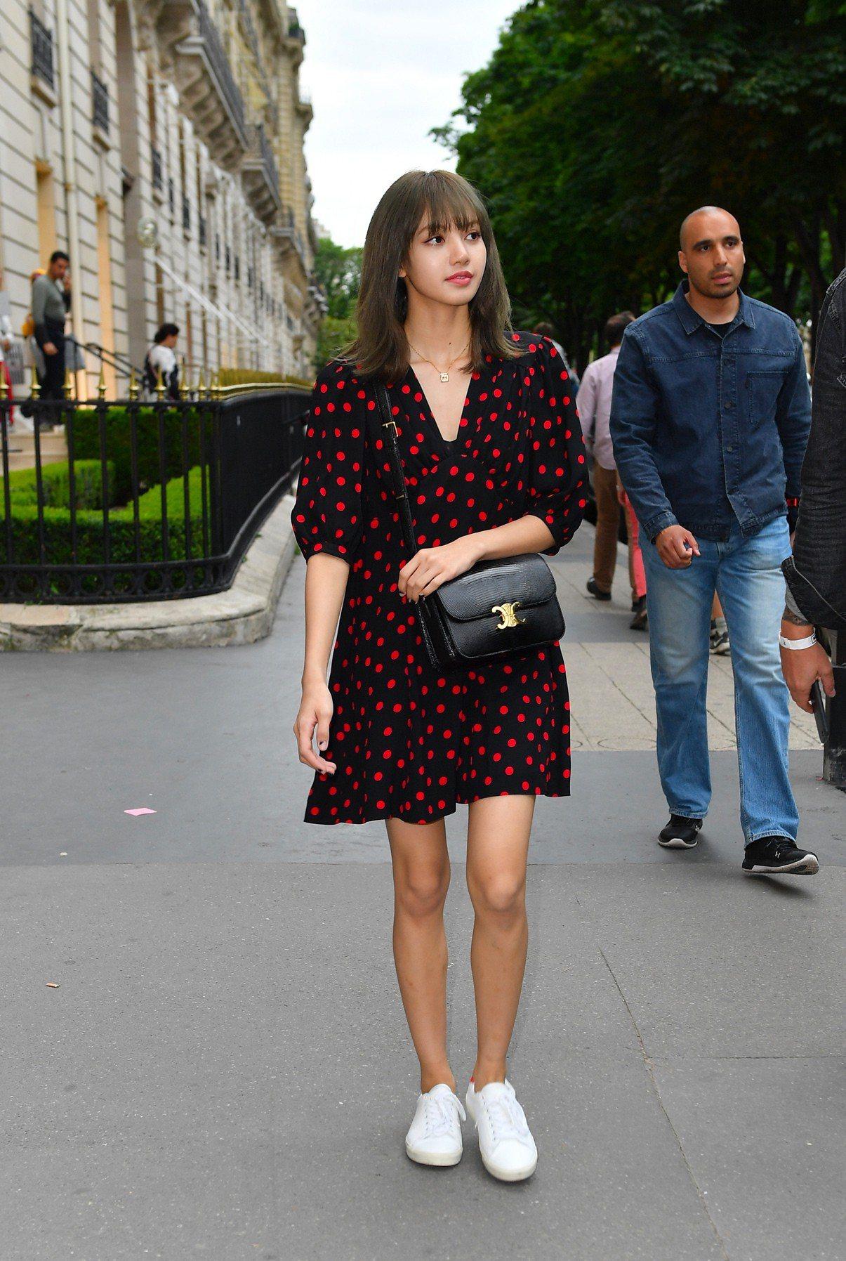 波點裙裝、CELINE小白鞋搭黑色TRIOMPHE手袋,也有俏麗風味。圖/CEL...