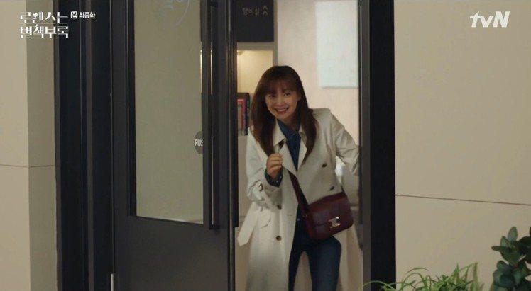 李奈映在《羅曼史是別冊附錄》中也有選搭TRIOMPHE手袋。圖/截自tvN