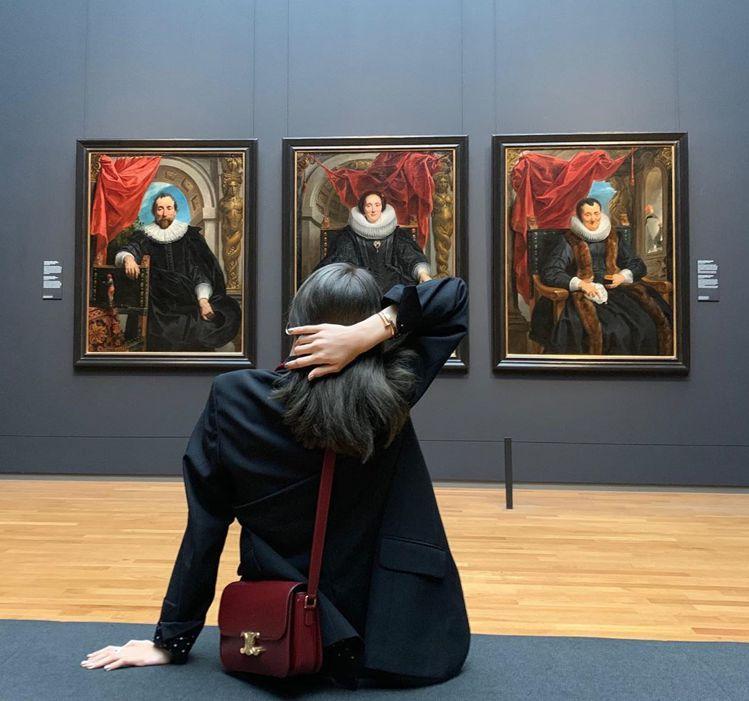遊歷巴黎的時光Lisa都以TRIOMPHE手袋陪襯。圖/取自IG