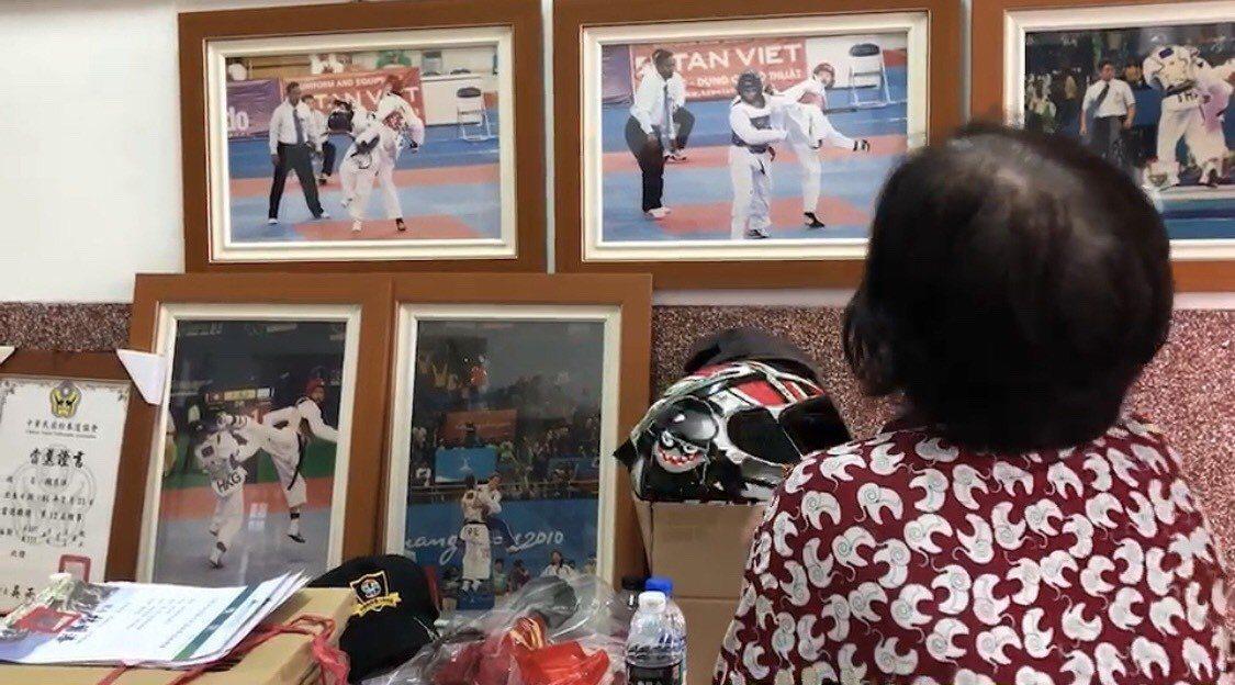 跆拳道前國手魏辰洋的祖母看著魏過去的征戰照片,擔心他交到壞朋友。圖/讀者提供