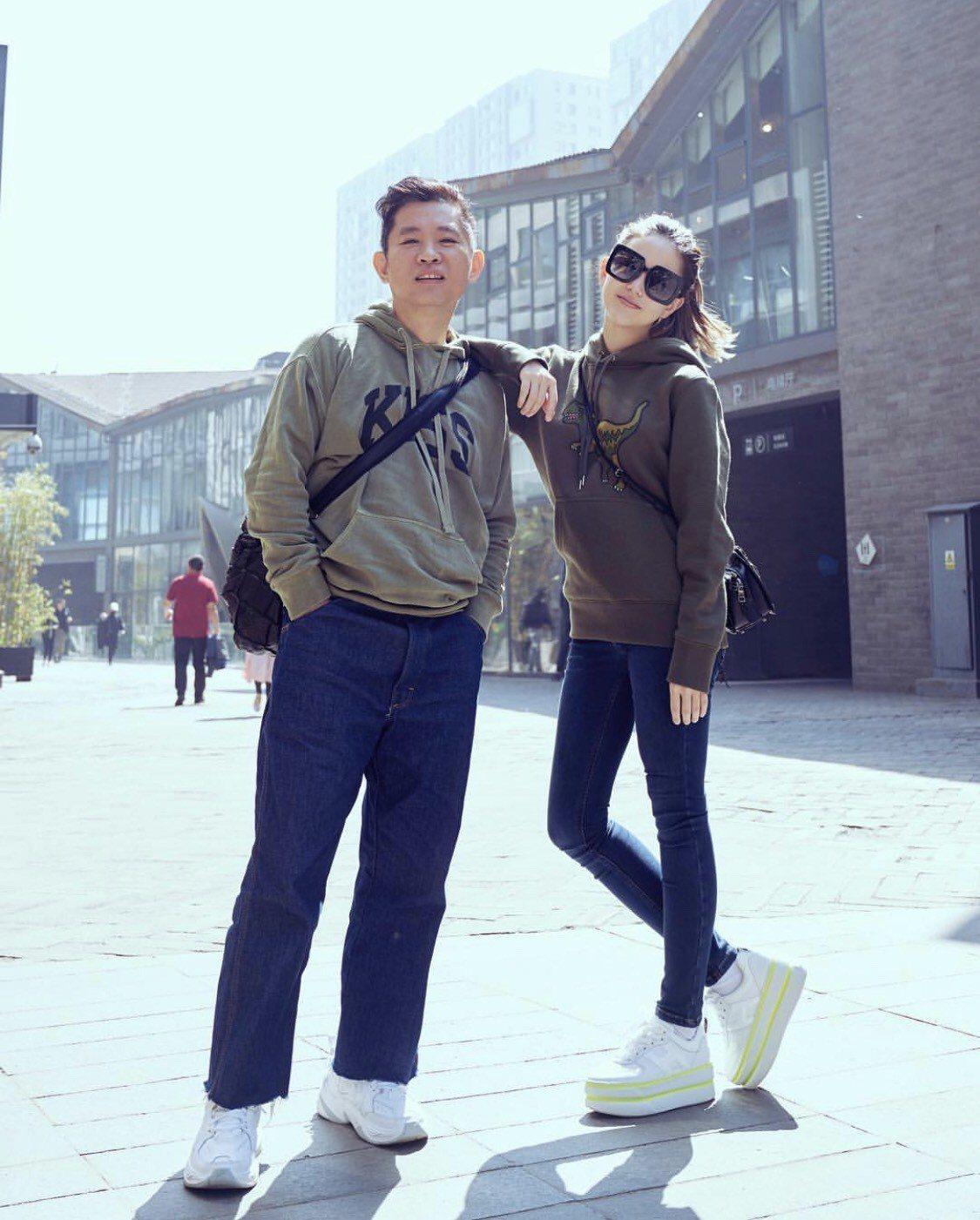 昆凌穿HOGAN MAXI CASSETTA鞋款。圖/摘自IG