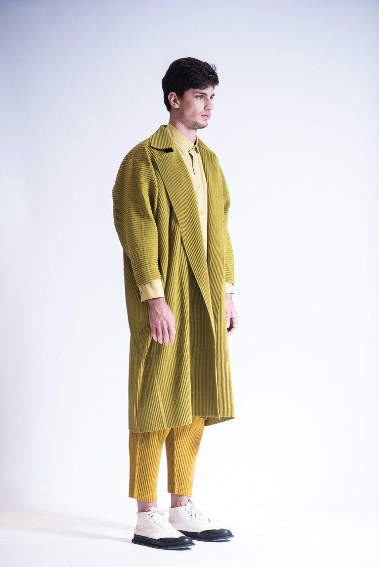 橄欖黃和服長版大衣24,300元、芥末黃襯衫18,300元、芥末黃壓褶長褲10,...