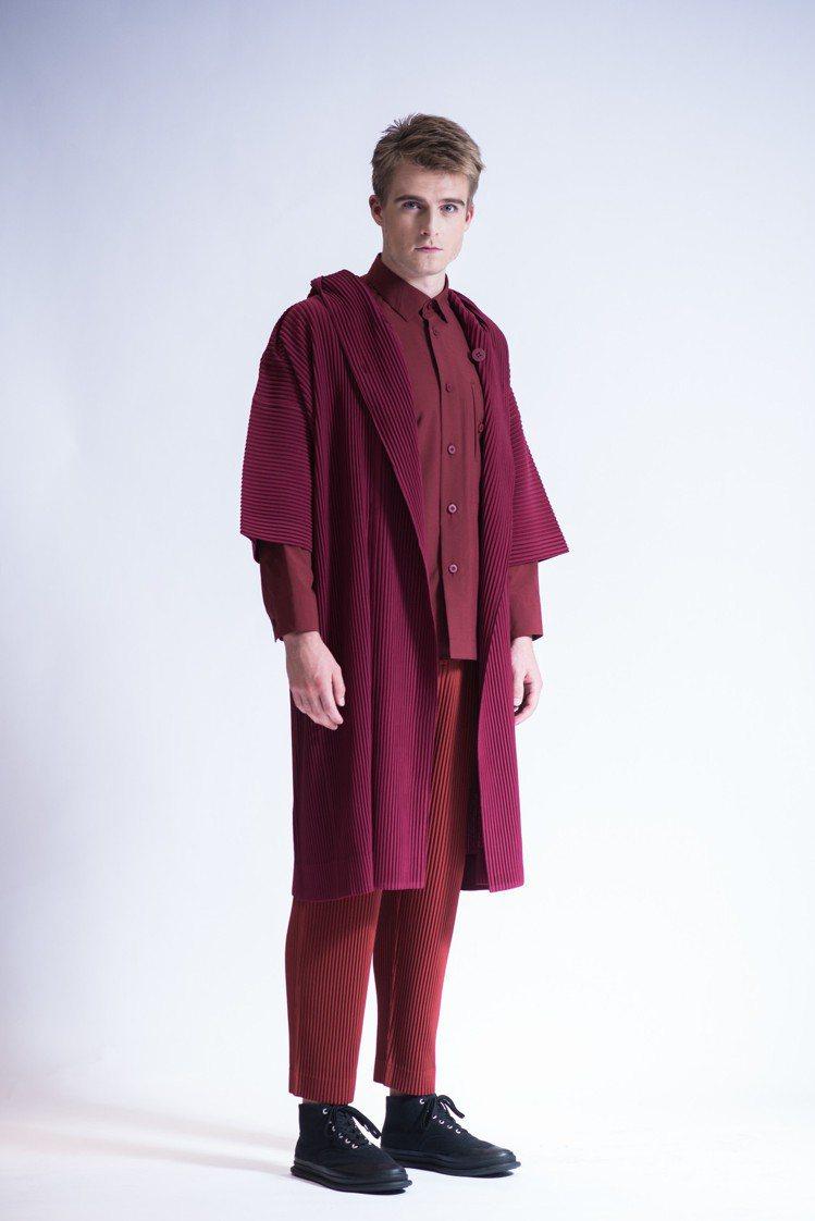 暗玫瑰紫色連帽拳擊外套22,800元、身櫻桃色襯衫18,300元、暗綠色縐褶窄管...