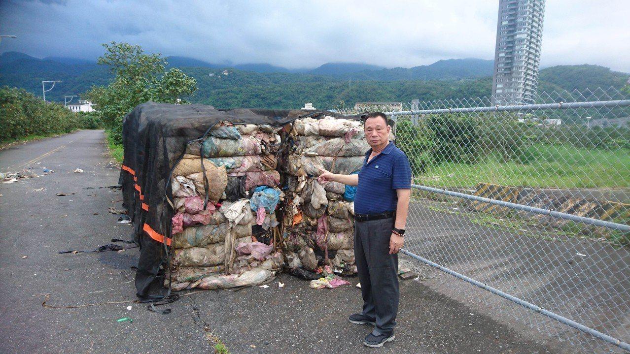 謝嫌等人把壓縮垃圾包任意丟色,還辯稱「垃圾自己掉的」,讓人跳腳。圖/頭城鎮公所提...