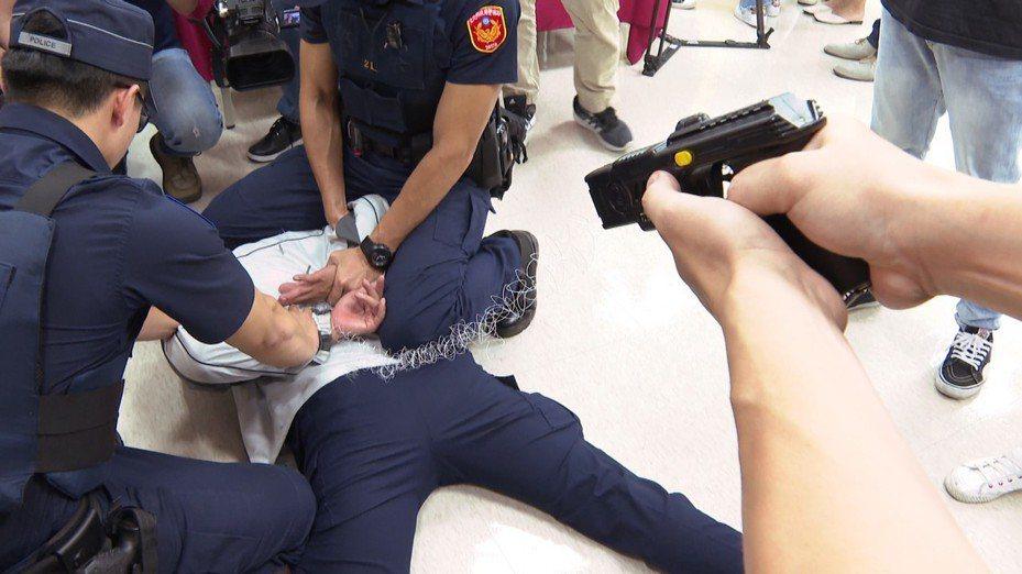 台北市捷運警察隊今天下午召開記者會,說明線上警力均配備包括手槍、電擊槍、警棍、辣椒噴霧器在內等裝備。記者謝育炘/攝影