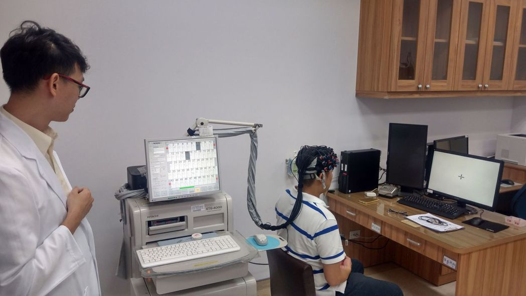 台中榮總以近紅外線腦功能儀,記錄受測者腦功能變化。記者趙容萱/攝影