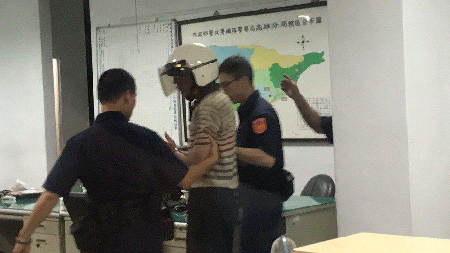 鄭姓男子昨晚因補票糾紛,持刀刺警員李承翰,嘉義地檢署認為鄭男犯5年以上重罪、有逃亡之虞,向法院聲請羈押獲准。記者姜宜菁/攝影