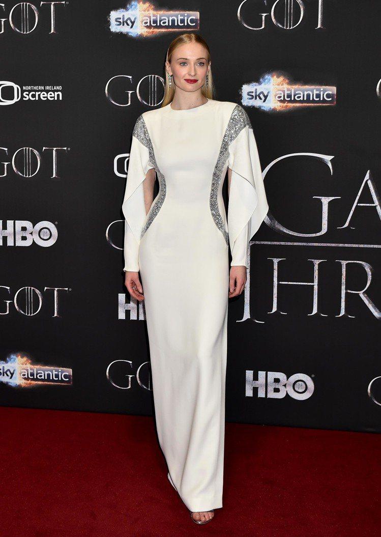 蘇菲特納穿LV 早秋晚禮服出席《冰與火之歌:權力遊戲》第8季首映。圖/LV提供