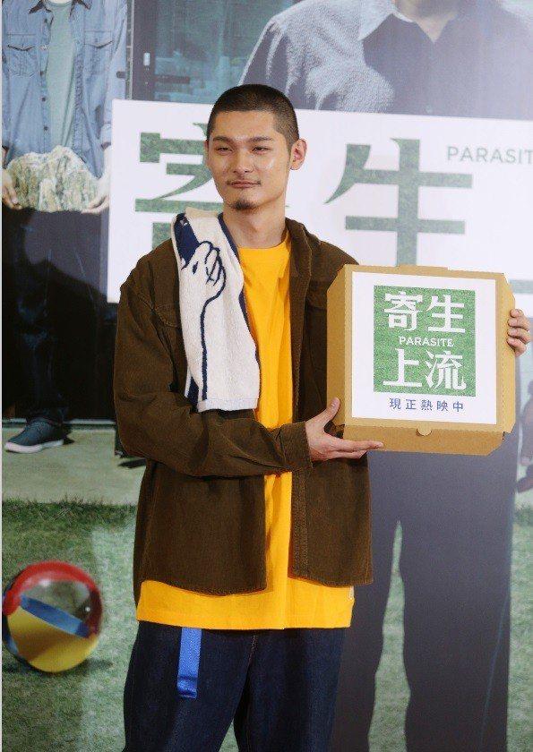 金曲歌王Leo王為坎城影展最佳影片「寄生上流」站台。記者曾吉松/攝影
